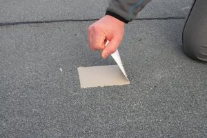 Nach einer Aushärtungszeit von etwa 24 Stunden folgt die Prüfung: Der Handwerker zieht das freie Vliesstück senkrecht nach oben und versucht, es vom Untergrund zu lösen
