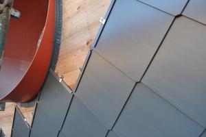 Die vorbewitterten Titanzinkrauten (400 x 400mm) wurden mit Edelstahlhaften montiert