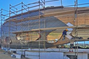 Die Rauten werden verlegt und an die Rundungen der Fassade angepasst