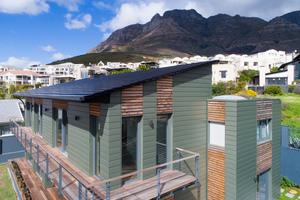 Rohde Roofing hat sich auf Steildach- und Fassadenprojekte mit Titanzink, Kupfer und Dachziegeln spezialisiert. Das Foto zeigt ein Referenzprojekt von Rohde Roofing in Johannesburg