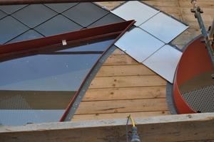 Um Fingerabdrücke zu vermeiden, empfiehlt Rheinzink bei Fassadenanwendungen den Einsatz von foliertem Material (helle Rauten)