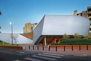 Einen Hörsaal der Universität von Kapstadt verkleidete Rhode Roofing mit schräg angeordneten Rheinzink-Stehfalzprofilen