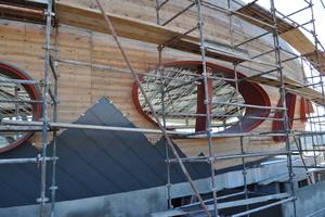 Auf der Holzschalung verlegten die Handwerker die Titanzink-rauten                             Fotos: Rheinzink