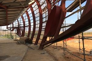 """Das Tragwerk besteht aus einer Stahlkonstruktion aus Doppel-T-Trägern, die auf der Südseite nach außen gebogen sind<span class=""""bildnachweis"""">Fotos: Rheinzink</span>"""
