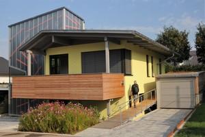 """Das Haus Maurer in Donzdorf wurde mit dem Vollholzsystem """"Palisadio"""" erstellt. Die Außenwände erhielten ein WDVS"""