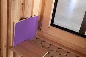 """Einblick in eine Außenwand, erstellt mit dem System """"Palisadio"""" aus stehend verbauten Holzprofilen und Hartholzdübeln <br />"""