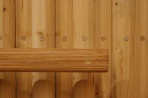 Wenn die Dübel Feuchtigkeit aufnehmen, quellen sie im Holz auf und verbinden so die Profile miteinander