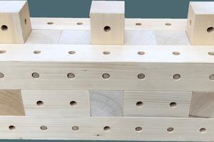 Getrocknete Hartholzdübel verbinden die Holzbausteine