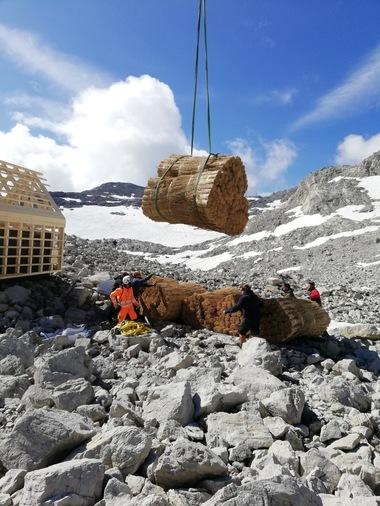 Die Holzkonstruktion des Hauses und die Reetbunde lieferte ein Hubschrauber zum Bauplatz