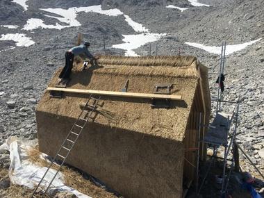 """Das Projekt """"SkinOver Reet"""" nahe der Mannheimer Hütte in 2600m Höhe ist das erste Reet-Projekt im hochalpinen Bereich<br />"""