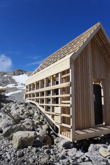 Die Holzkonstruktion der Technikhütte für die Mannheimer Hütte steht