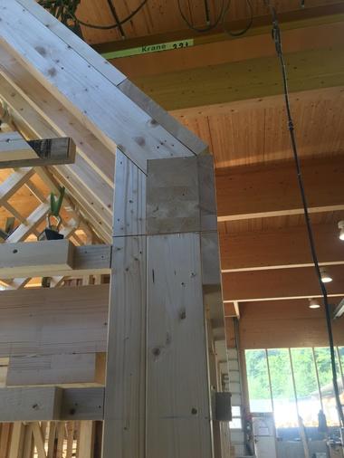 Vorfertigung der Holzkonstruktion in der Werkhalle