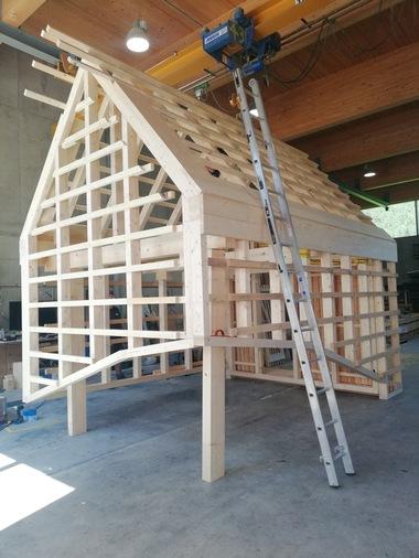 """Das Häuschen wurde aus lokalem Nadelholz vorgefertigt und fast ausschließlich mit traditionellen Holzverbindungen erstellt<span class=""""bildnachweis"""">Fotos: IBBTE</span>"""
