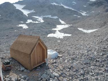 """Im Sommer diesen Jahres wird untersucht, wie das Holzhaus mit Reetdeckung den ersten Winter in den Alpen überstanden hat<span class=""""bildnachweis"""">Foto: IBBTE</span>"""