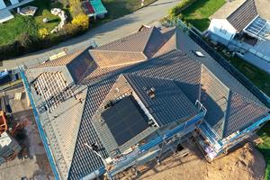 Dieses verschachtelte Dach bietet auf zwei Richtung Süden geneigten Flächen optimale Bedingungen für eine dachintegrierte PV-Anlage.