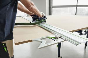 Der Tisch lässt sich in Verbindung mit einer Säge mit Führungsschiene zur Plattensäge umwandeln