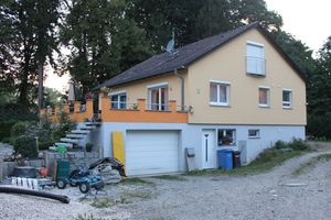Die vorgefertigten Wandelemente eignen sich auch für die Aufstockung von Bestandsgebäuden. So entsteht zusätzlicher Wohnraum. Das Bild zeigt ein Wohnhaus vor der Aufstockung...<br />