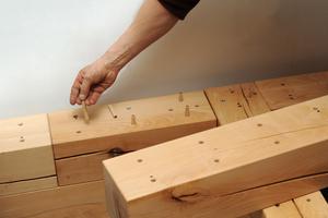 Die Bausteine werden mit Dübeln und Muttergewinden bestückt