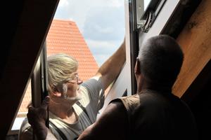 """Einheben der Fensterflügel der """"PTP-V""""-Schwingfenster von Fakro"""