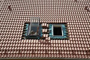 """Im Dach des Hauses wurden insgesamt 32 """"PTP-V""""-Schwingfenster von Fakro eingebaut"""