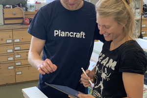 """Alexander Noll von Plancraft erläutert Lene Schumann von der Tischlerei Drei21 die Funktionen der App<span class=""""bildnachweis"""">Foto: Plancraft</span>"""