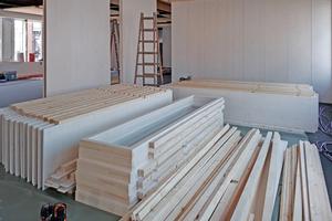Das Wandsystem umfasst Wand-, Eck- und Türelemente. Die Wände sind werkseitig mit Dreischichtplatten beplankt