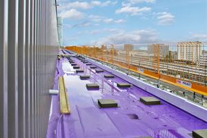 Ein wasserableitendes Dachvlies sorgt dafür, dass bereits auf der Vliesebene Wasser zur Dachentwässerung geführt wird<br />