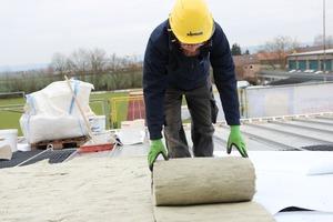 Steinwolle in Form von Rollenware dient als Wachstumsmatte für die Dachbegrünung