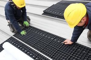 """Zunächst werden Drainageplatten auf den """"Rib-Roof""""-Profilen verlegt. Die Drainageelemente speichern Wasser und leiten es zeitverzögert ab"""