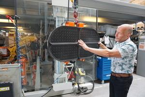Hans Alblas, Sales Manager bei Viavac, erklärt das Funktionsprinzip der zwei Vakuumkreise
