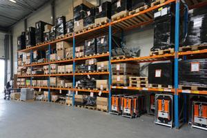 Viavac bietet Vakuumhebegeräte zur Miete und zum Verkauf an. Hier stehen bereits verkaufte Geräte am Firmensitz in Lopik bereit zum Versand