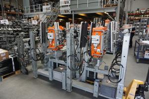 """Vakuumhebegeräte am Viavac-Firmensitz im niederländischen Lopik: Die kompakten """"CB""""-Geräte passen zusammengebaut auf eine Palette"""
