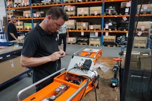 Die Reparatur und Wartung der Vakuumhebegeräte übernehmen der Viavac-Außendienst oder Mitarbeiter am Unternehmenssitz in Lopik