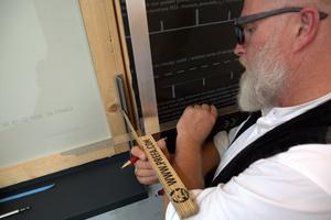 Nachdem ein F-Profil (Flutzprofil) seitlich an die Fensterlaibung angebracht wurde, wird das Schenkelmaß abgemessen