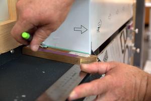 Mit einer Stellschmiege oder einem Lineal wird die Neigung des Fensterbretts auf die Verbundplatte übertragen …