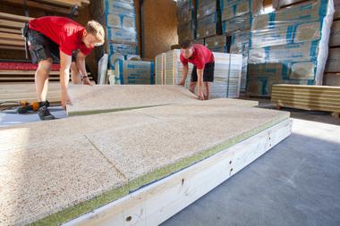Die nichtbrennbaren Holzwolle-Mehrschichtplatten mit Steinwollkern werden über den Gipsplatten verlegt