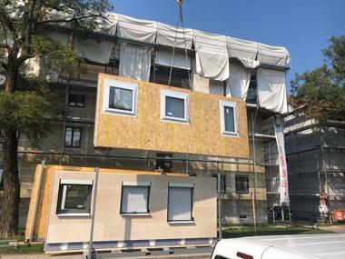 Für die Aufstockung wurden Wände in Holzbauweise vorgefertigt und von außen mit Gipskarton- und Holzwolleplatten beplankt