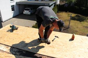 Nach dem Rückbau: Als Untergrund für die EPDM-Plane verschrauben die Handwerker OSB-Platten auf dem Carportdach