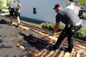 Zunächst mussten die Handwerker die alten Bitumenbahnen möglichst rückstandsfrei vom Dach zurückbauen
