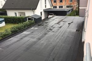 Die schadhafte Dachabdichtung eines Carports in Bielefeld musste erneuert werden