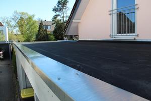 Das Dach des Carports nach der Sanierung mit der verlegten EPDM-Plane und Dachrandprofilen aus Titanzink