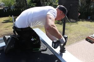 Nach dem Verkleben der EPDM-Plane folgt die Montage der Dachrandprofile