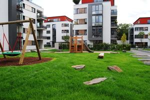 Fundamente für Spielgeräte werden bei begrünten Tiefgaragendächern durch Ausbetonieren der Dränelemente erzielt