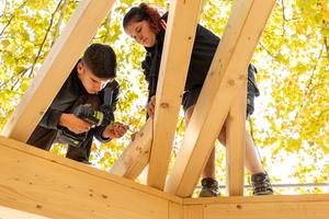 Die Zimmerer-Auszubildenden montieren die Dachelemente