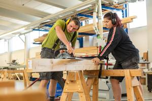 Teamarbeit in der Werkstatt beim Anreißen und Abbinden der Hölzer
