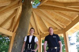 Zimmerergeselle Bruno Faller (links) baute unter Anleitung von Ausbilder Thomas Riebel (rechts) mit am Pavillon aus Hol