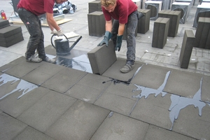 Auf dem Dach wurden 100 mm dicke Schaumglasdämmplatten dicht gestoßen in zwei Lagen verlegt. Die Dämmplatten wurden vollflächig in Heißbitumen eingeschwemmt