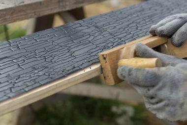 An den Kanten der Hölzer kommt die helle Grundfarbe des Holzes zum Vorschein