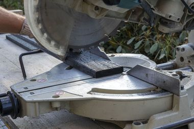 Die geflämmten Bretter wurden vor Ort mit einer Kapp- und Gehrungssäge zugeschnitten
