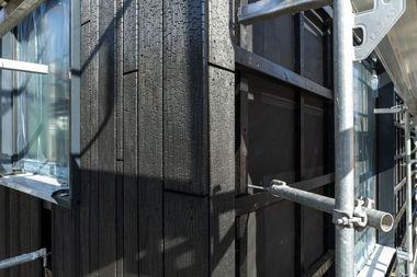 """Die Fassade des Anbaus wurde mit geflämmten """"Accoya""""-Hölzern verkleidet<br /><br />"""